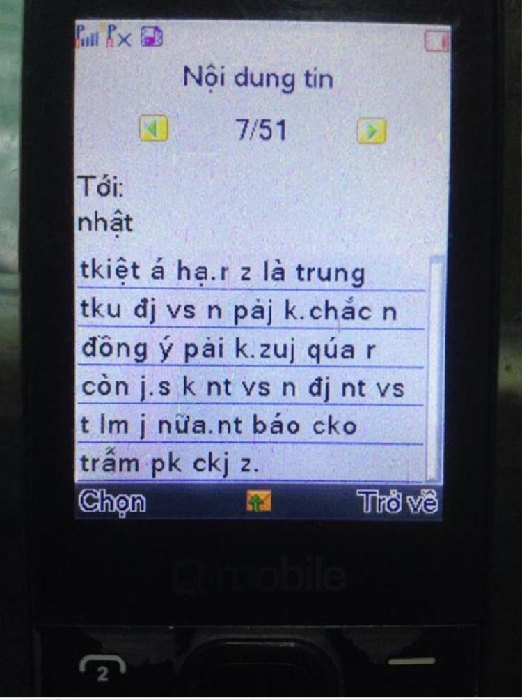 Những chiếc điện thoại nút bấm với nội dung tin nhắn chi chít teen code như thế này làm khó nhiều phụ huynh.