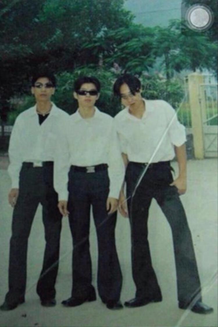 """""""Combo"""" quần ống loe, tóc bổ luống được các thanh niên thời đó áp dụng triệt để.Chụp ảnh Hàn Quốc"""