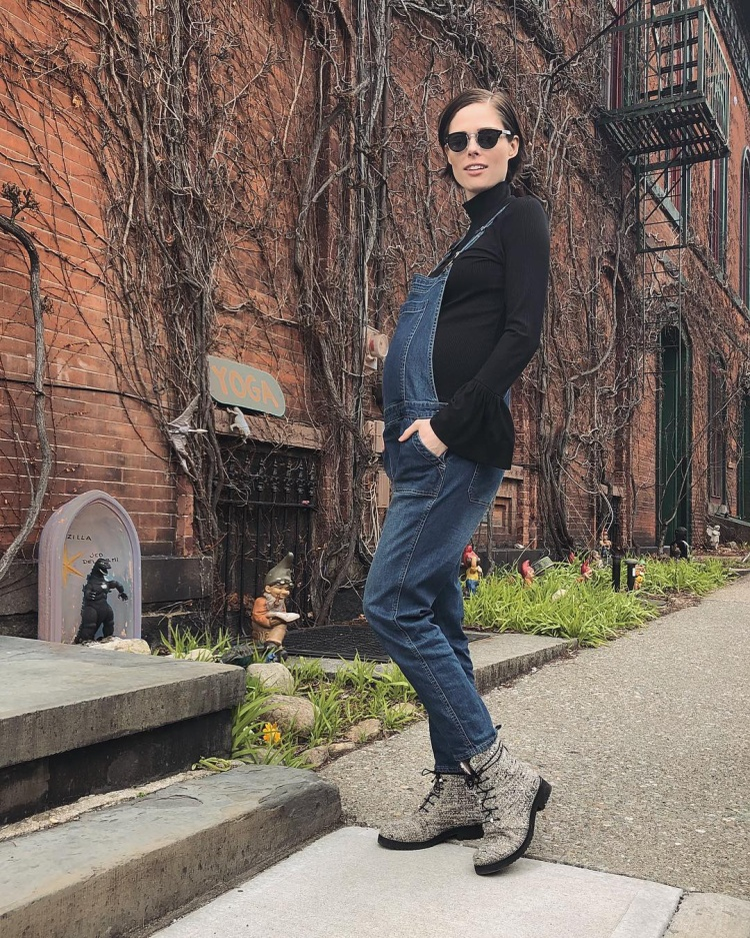 Bà bầu siêu mẫu trẻ trung cùng yếm jean