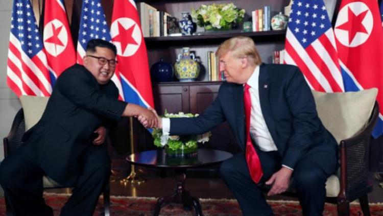 Ông Kim và Trump bắt tay nhau.