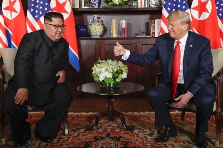 Hai nhà lãnh đạo trong phòng họp riêng.