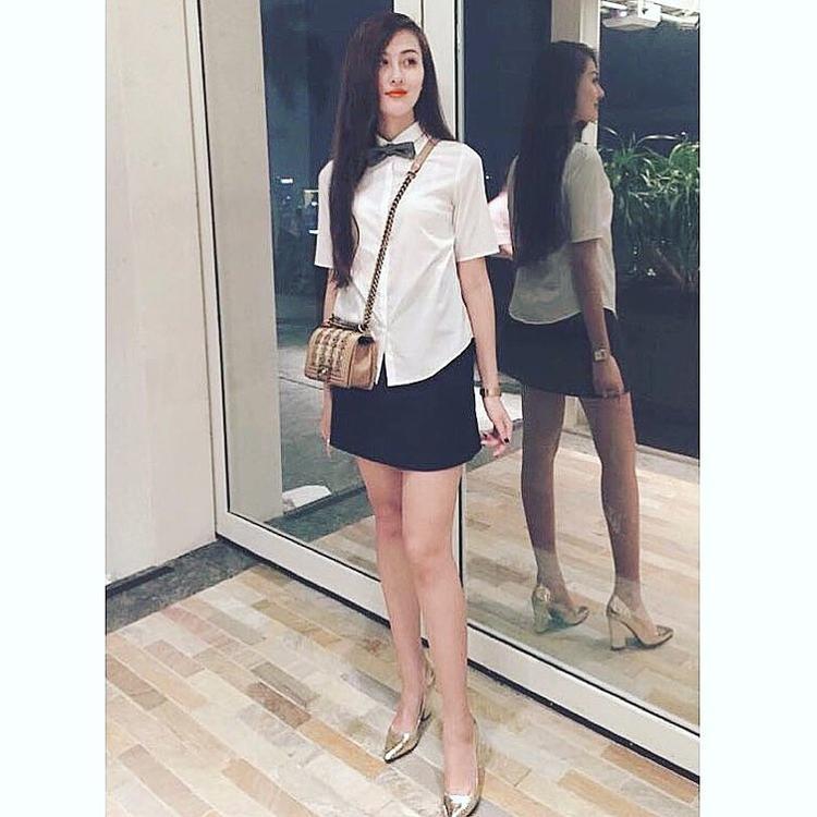 Bộ cánh ngọt ngào có phần đơn giản chỉ gồm áo sơ-mi trắng cùng chân váy ngắn là sự lựa chọn của Hà Lade khi xuống phố.