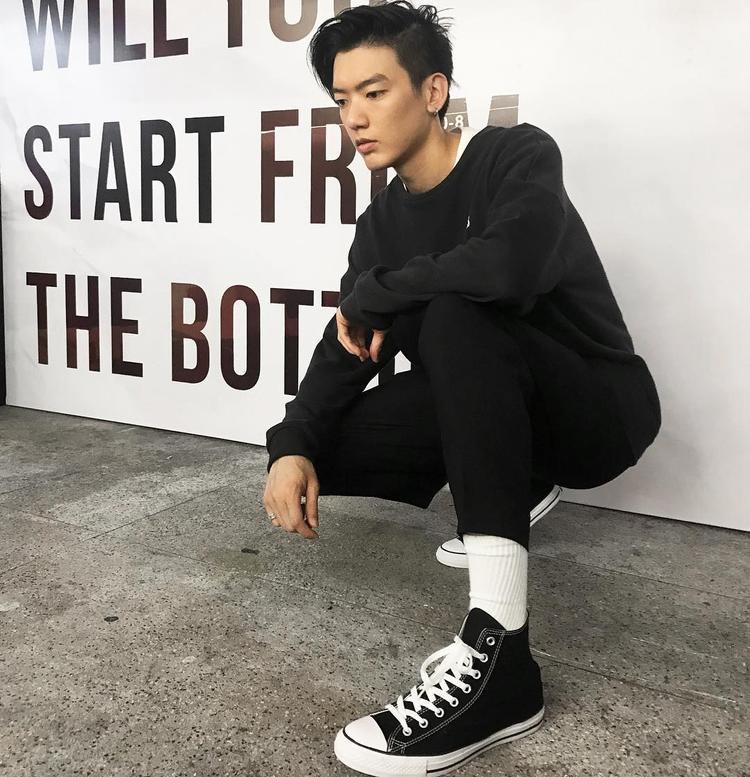Cây đồ đen chất chơi làm tăng thêm vẻ điển trai, lãng tử của người mẫu Brian Trần. Anh chàng rất tinh ý khi mix cùng với trắng và áo thun trắng bên trong, tạo nên những layer khiến tổng thể trang phục không nhàm chán.