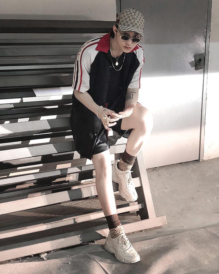 Sơn Tùng tiếp tục chứng tỏ gu ăn mặc thời thượng khi thả dáng trong set đồ chất chơi gồm toàn những item đắt đỏ của Gucci.