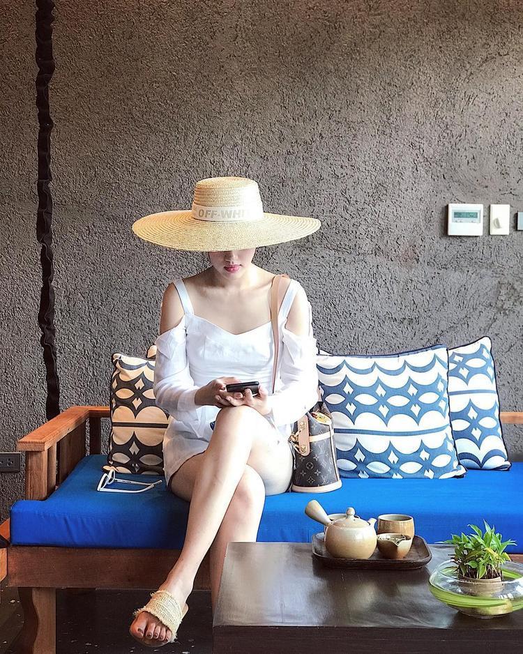 """Khánh Linh The Face chứng tỏ mình là một trong những mỹ nhân Việt có độ bắt trend cực cao. Trang phục đơn sắc tưởng nhạt nhòa nhưng khi mix cùng mũ bản to đang cực """"hot"""", dép cói, cộng với túi """"cái xô"""" của Louis Vuitton đã đủ sức khiến các tín đồ thời trang ghen tỵ."""