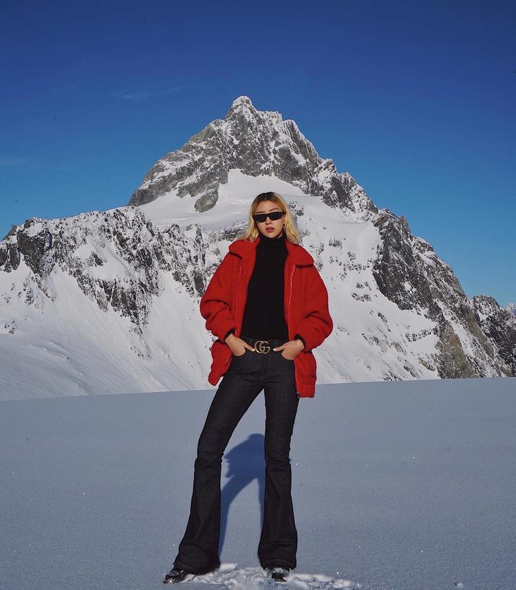 Quần ống loe đúng trend mùa hè thôi chưa đủ, Quỳnh Anh Shyn còn tăng độ nổi bật cho outfit bằng chiếc áo khoác gam màu đỏ rực rỡ,