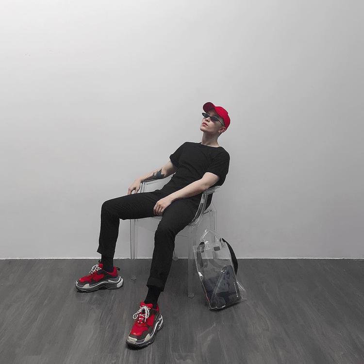 Cùng suy nghĩ với Quỳnh Anh Shyn, Kelbin Lei cũng lựa chọn tông đỏ để tạo ấn tượng khi diện cả cây đen. Chàng stylist gốc Đà Lạt còn được cộng điểm bởi cách sử dụng phụ kiện túi trong suốt đúng xu hướng.