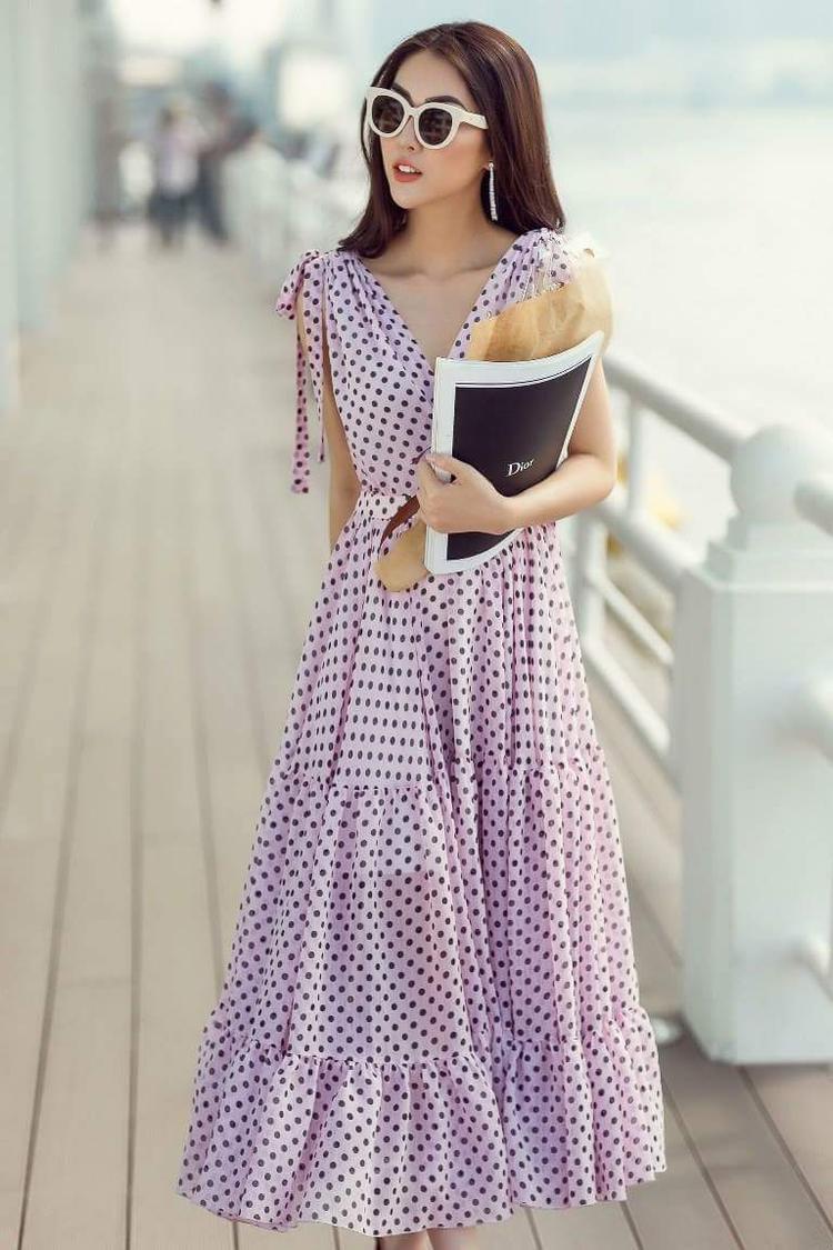 """""""Người đẹp vòng eo 53""""-Tường Linh khoe sắc cùng chiếc đầm maxi suông nhẹ, cô nàng kết hợp cùng kính mát và hoa tai dáng dài để tạo nên tổng thể thời thượng."""