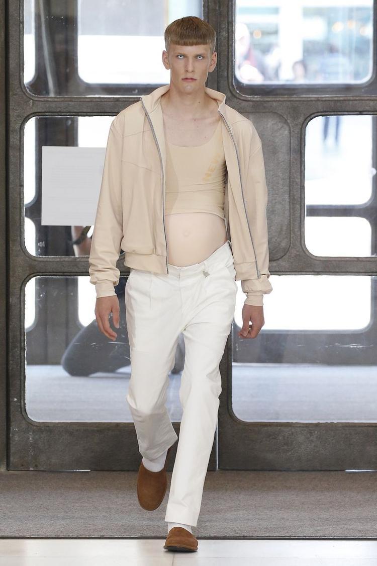 Người mẫu nam với bụng bầu giả xuất hiện trên sàn catwalk trong tuần lễ thời trang nam đang diễn ra tại Luân Đôn.