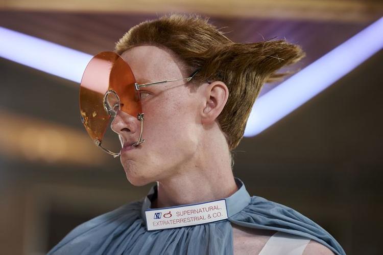"""Kiểu tóc và xu hướng kính mát lần đầu tiên """"xuất hiện"""" tại trái đất."""