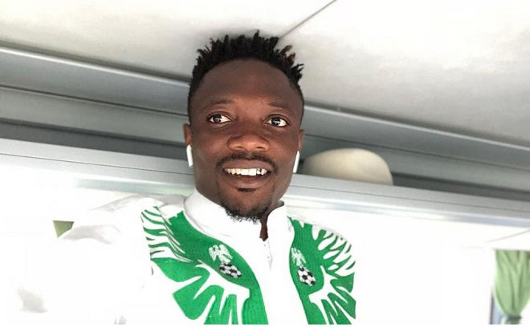 Ngôi sao của Leicester, Ahmed Musa tạo dáng bên bộ trang phục độc đáo.