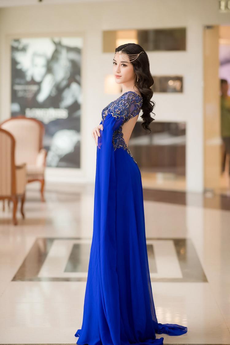 Á hậu Việt Nam 2014 - Huyền My hóa một nàng công chúa đến từ Ấn Độ trong bộ váy màu xanh.