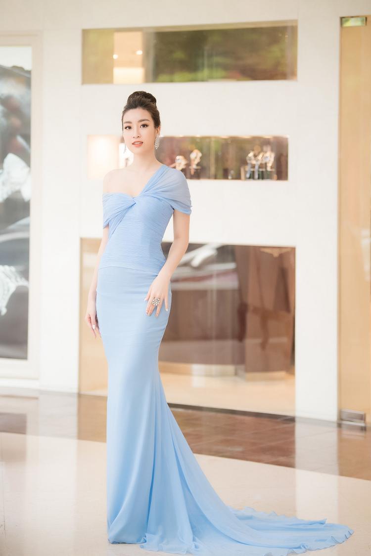 Hoa hậu Đỗ Mỹ Linh xuất hiện lộng lẫy tại buổi họp báo trước chung khảo phía Nam của Hoa hậu Việt Nam 2018 trong bộ cánh đuôi cá lộng lẫy, màu sắc xanh pastel nhẹ nhàng.