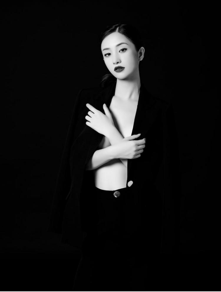 Tông màu trắng đen làm nổi bật vẻ đẹp mỏng manh đầy quyến rũ của cô nàng