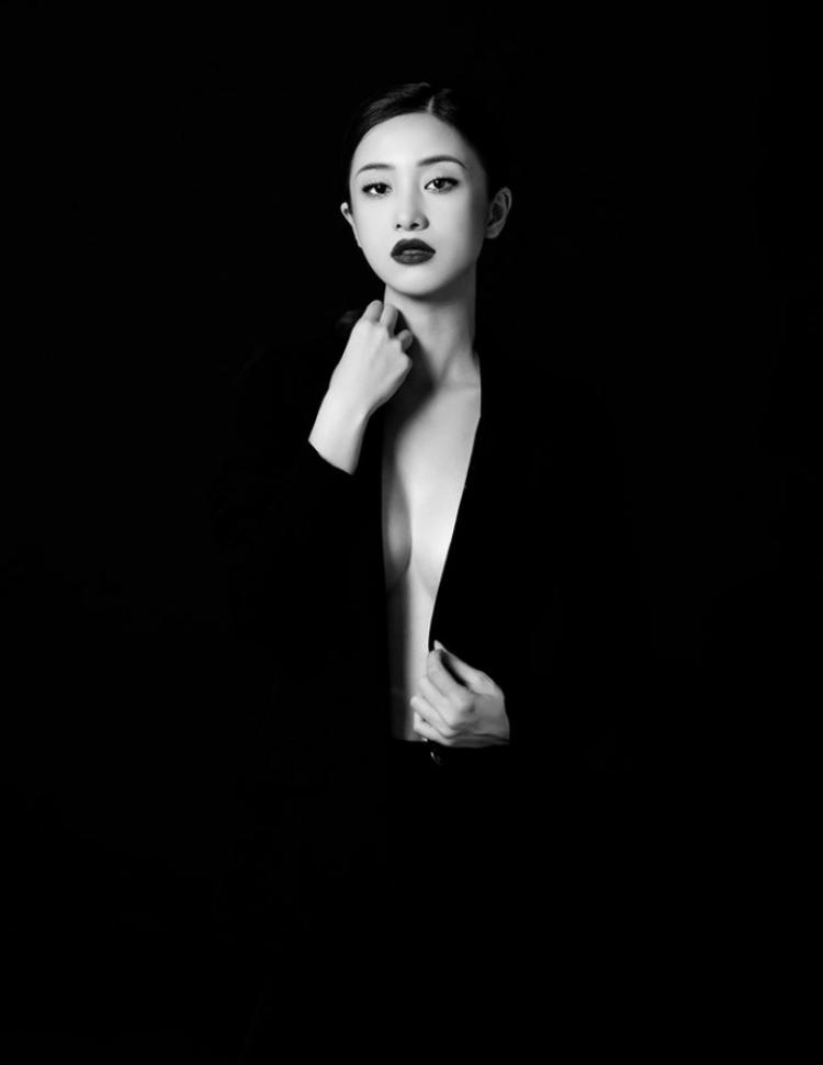 Với biểu cảm đa dạng cùng vest đen táo bạo trông cô nàng vừa bí ẩn là cự kì cuốn hút.