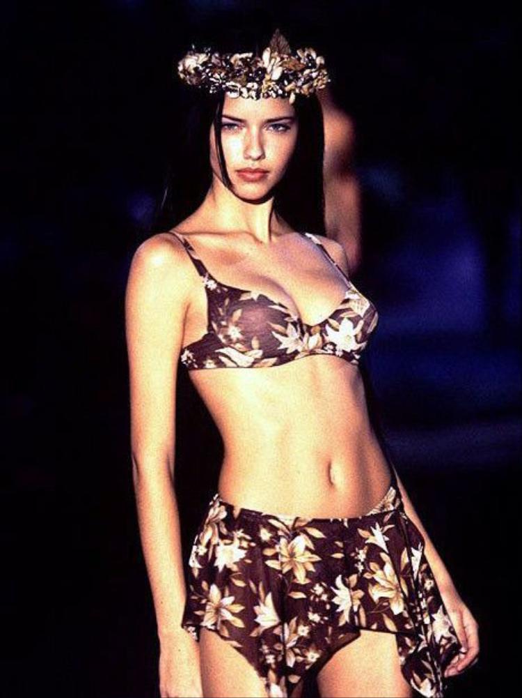 Năm 1999, Adriana đã góp mặt trong show diễn Victoria's Secret đầu tiên trong sự nghiệp, ta có thể thấy mặc dù chỉ mới debut, còn khá nhiều thiếu sót về mặt hình thể nhưng trong cô vẫn toả ra khí chất ngời ngơi, không thể nào đùa được!