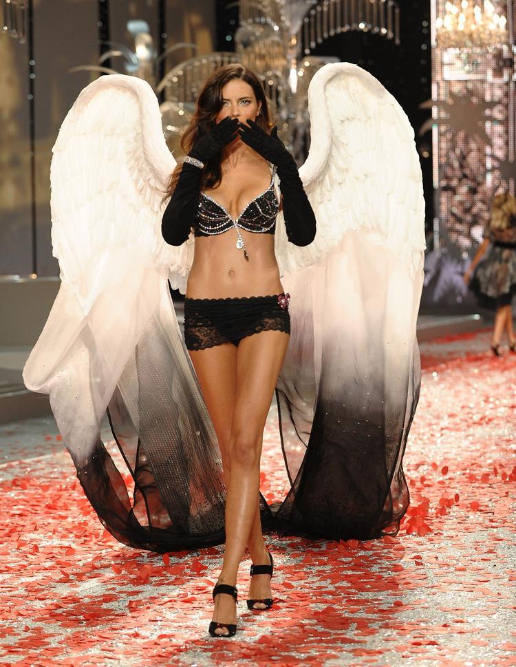 Tại show diễn năm 2008, sau 9 năm cống hiến cho nhà Victoria's Secret, Adriana đã có được chiếc Fantasy Bra đầu tiên trong sự nghiệp - một vinh dự tối thượng với một thiên thần Victoria's Secret. Chiếc Fantasy Bra này mang tên Black Diamond Fantasy Miracle Bra trị giá 5 triệu USD.
