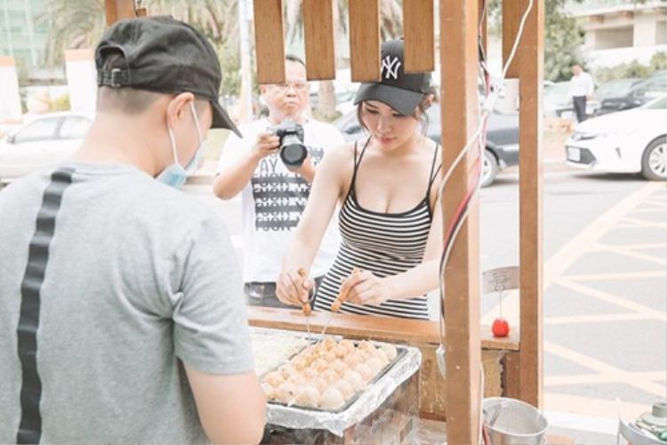 Hotgirl ngực khủng bán bánh nướng khiến khách hàng đứng tim vì quá xinh đẹp