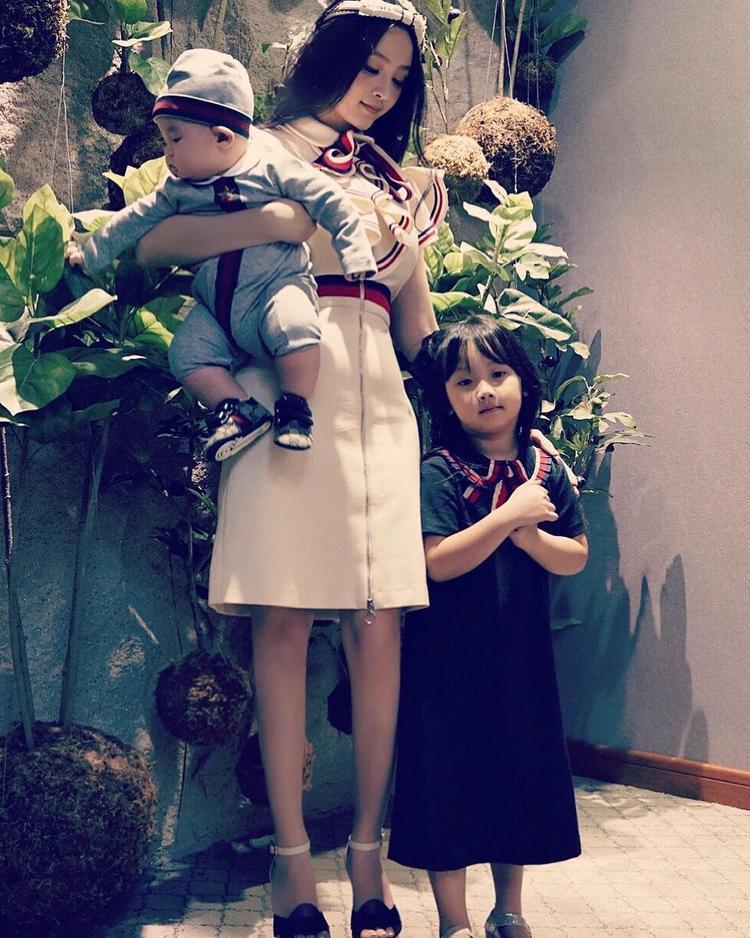 Huyền Baby chụp cùng 2 con trong ngày của mẹ.