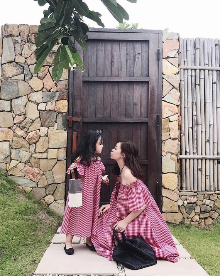 Ngọc Mon bên con gái.