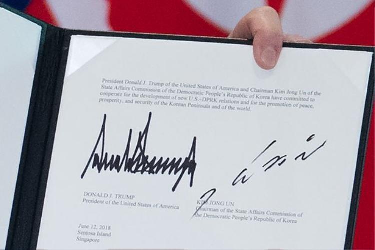Chữ ký của ông Trump và ông Kim trong bản thỏa thuận chung với lãnh đạo Triều Tiên. Ảnh: AFP