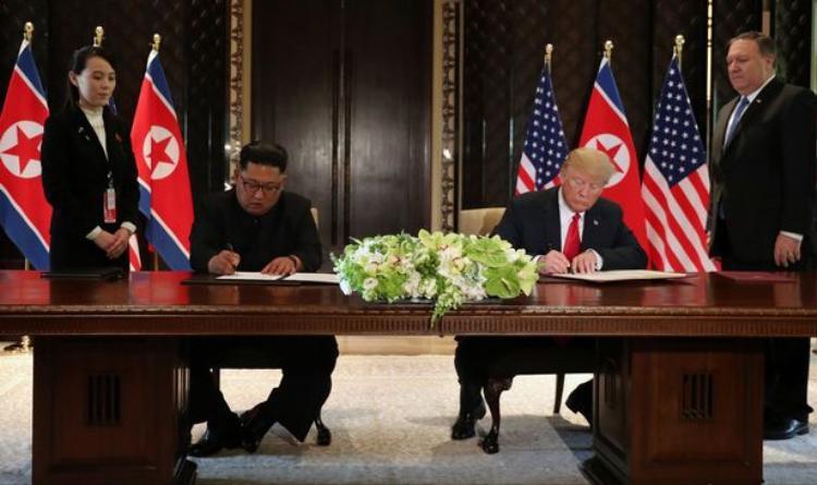 Nhà lãnh đạo Triều Tiên Kim Jong-un và Tổng thống Mỹ Donald Trump đặt bút ký thỏa thuận chung. Ảnh: Reuters