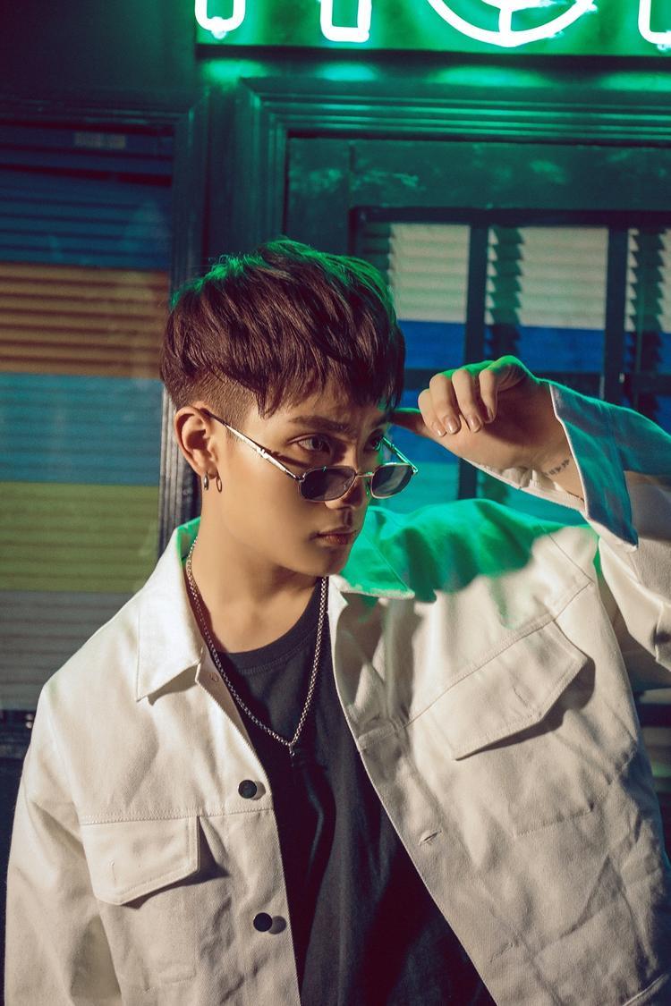 Nam ca sĩ tên thật là Phạm Tiến Đạt, sinh này 28/09/1995, đảm nhận vị trí main vocal trong nhóm.