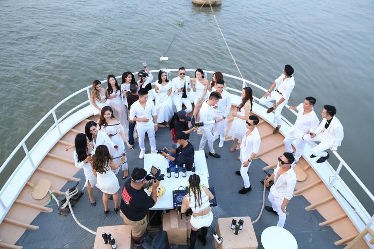 Toàn bộ MV như một thước phim chân thực tái hiện bối cảnh bữa tiệc âm nhạc hoành tráng kéo dài từ ngày qua đêm. Quách Tuấn Du cũng như hơn 100 diễn viên thay liên tục 6 bộ đồ để phù hợp với bối cảnh và thời gian trong MV.