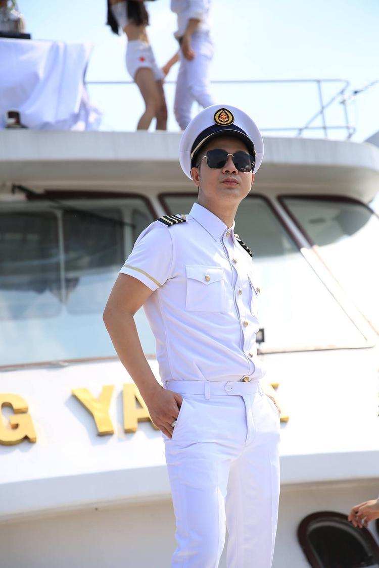 Tiếp tục phong cách sang chảnh của hai sản phẩm trước đó, MV lần này được Quách Tuấn Du đầu tư kỹ lưỡng với các cảnh quay góc rộng trên du thuyền sang trọng.