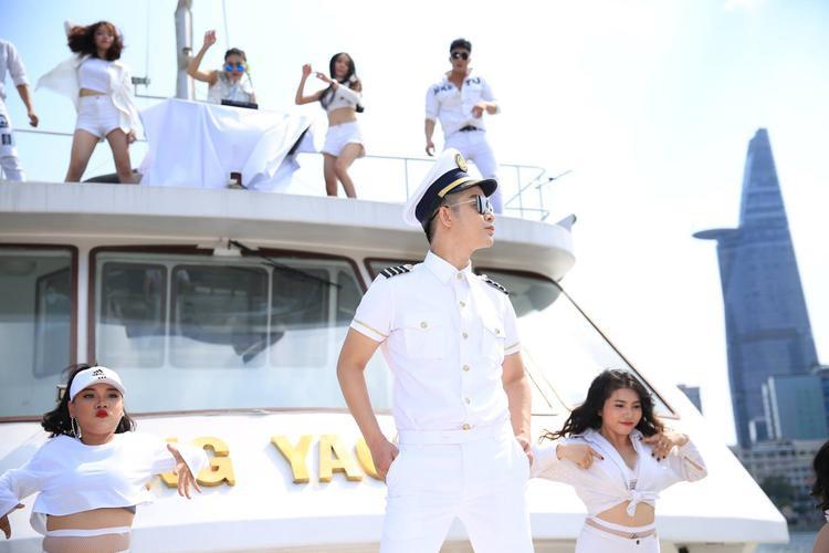 Quách Tuấn Du gom góp 30 ca khúc, liều lĩnh làm nên MV dài nhất Vpop