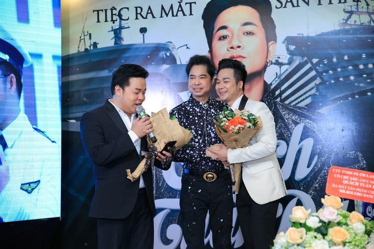 Quách Tuấn Du cùng ca sĩ Quang Lê và ba nuôi Ngọc Sơn tại sự kiện.