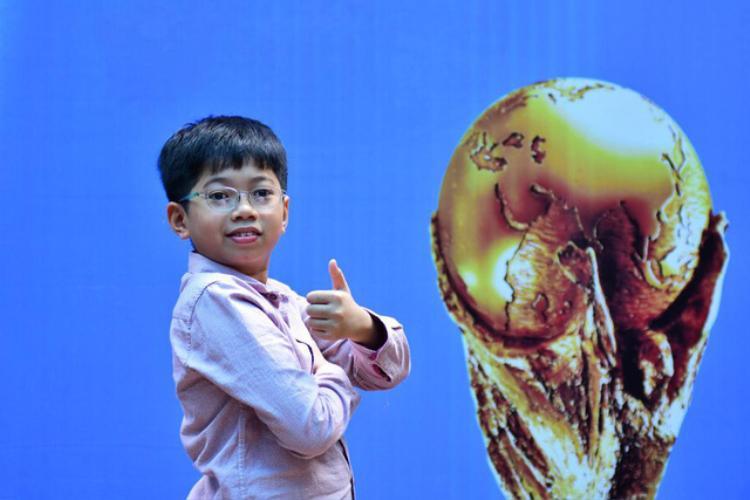 """Cậu bé của Việt Nam sẽ có vinh dự trở thành """"người hộ tống"""", nắm tay các cầu thủ ra sân trong trận Chung kết World Cup 2018."""