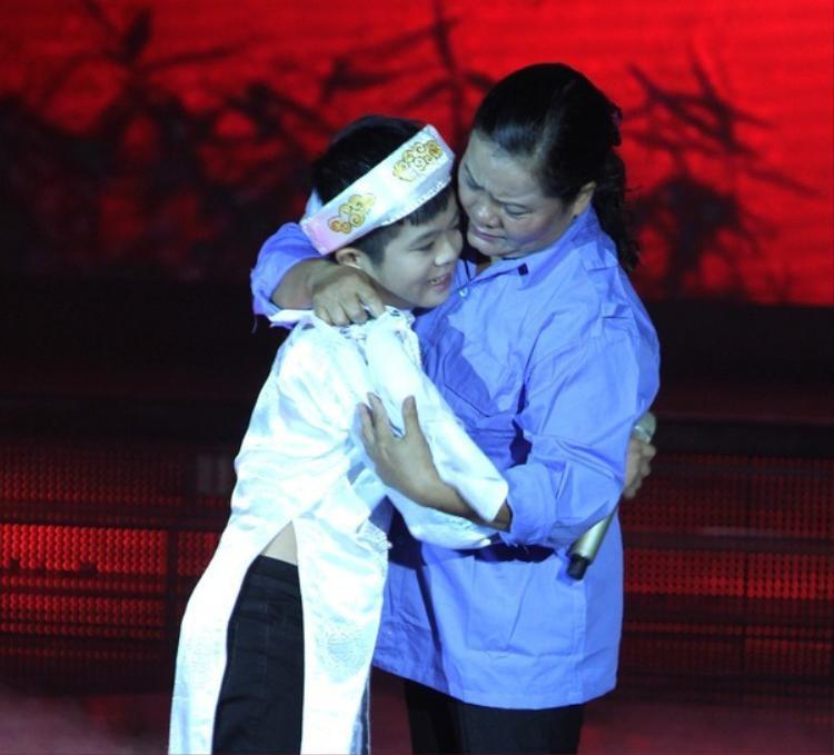 Khoảnh khắc gây xúc động của Quang Anh và mẹ.