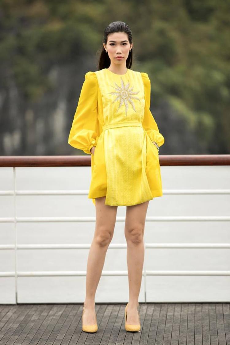 """Đây là thiết kế nằm trong BST """"Mặt trời phương Đông"""" của nhà tạo mốt Lê Thanh Hòa được trình làng cách đây không lâu. Vàng chanh chính là màu sắc chủ đạo của nhà thiết kế họ Lê sử dụng trong năm 2018. Ngay lập tức nó trở thành màu sắc xu hướng được nhiều sao Việt lựa chọn."""