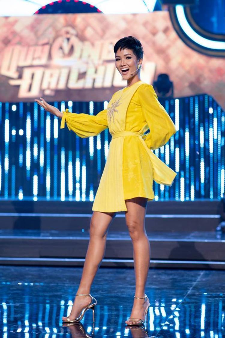 Nếu như người đẹp họ Lý chọn đôi giày cùng tông với bộ trang phục, thì Hoa hậu Hoàn vũ VN chọn đôi giày cao gót ánh bạc. Chân dài Ê Đê cũng hạn chế phụ kiện mang lại sự đồng điệu vốn có.