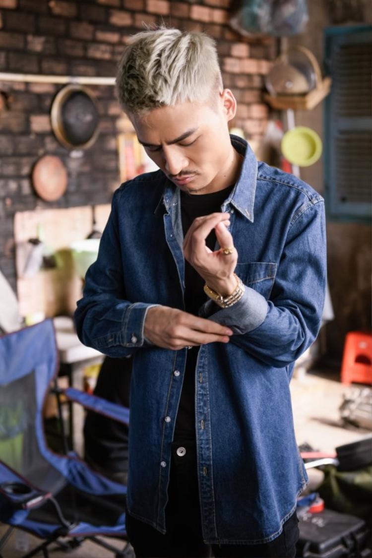 Đừng quên tên anh là một ca khúc Ballad, giai điệu dễ nghe. MV được thực hiện bởi đạo diễn trẻ Khoa Nguyễn vốn thành công với các bản hit Người lạ ơi, Ý em sao…