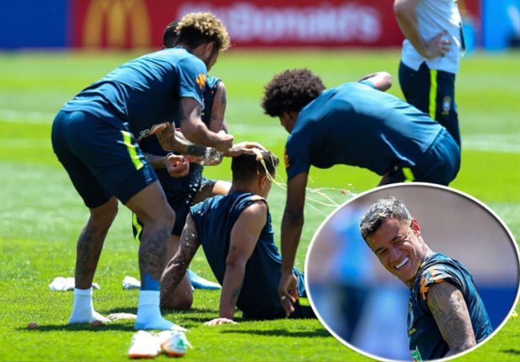 """Neymar cùng đồng đội """"chơi khăm"""" Coutinho."""