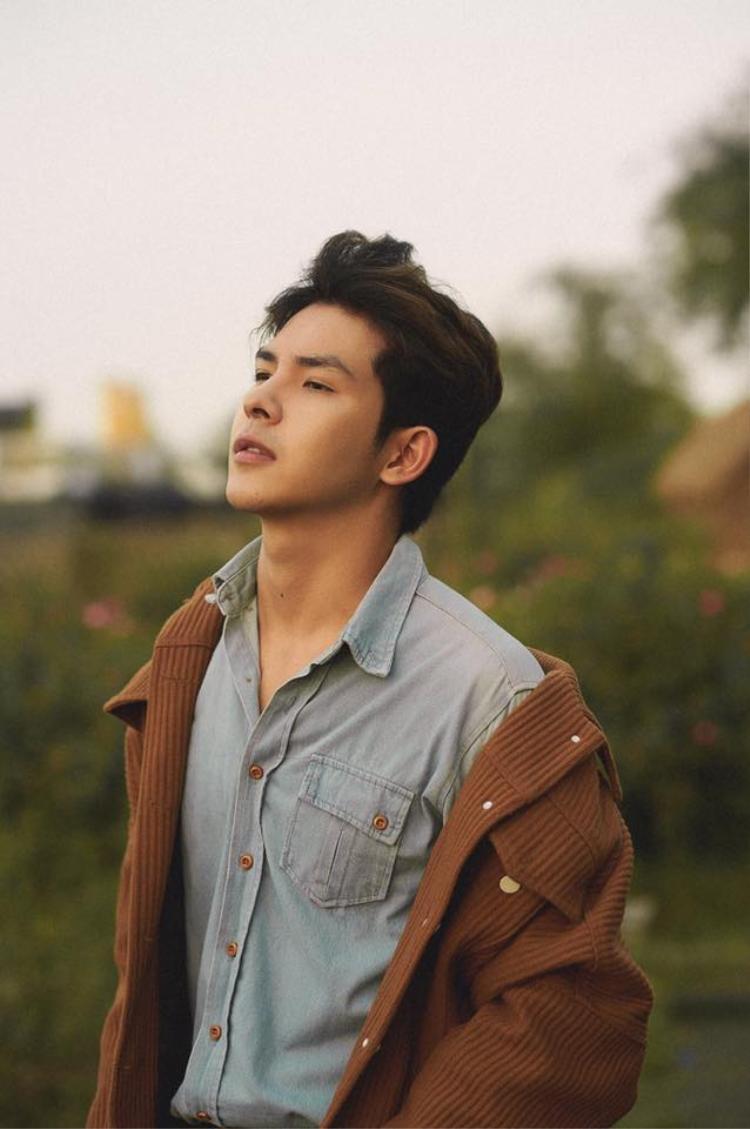 Dân mạng truy tìm anh chàng đẹp trai, cao ráo trong MV mới của Hoàng Yến Chibi