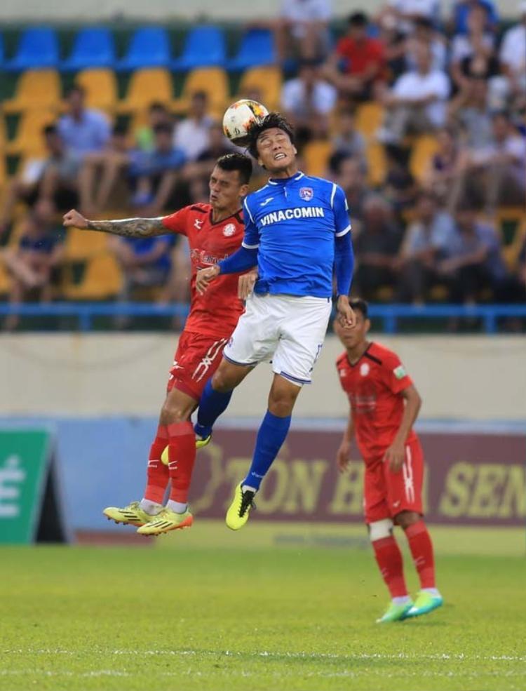Mạc Hồng Quân thi đấu trận Quảng Ninh - TPHCM ở vòng 9 V.League 2018. Ảnh: VPF