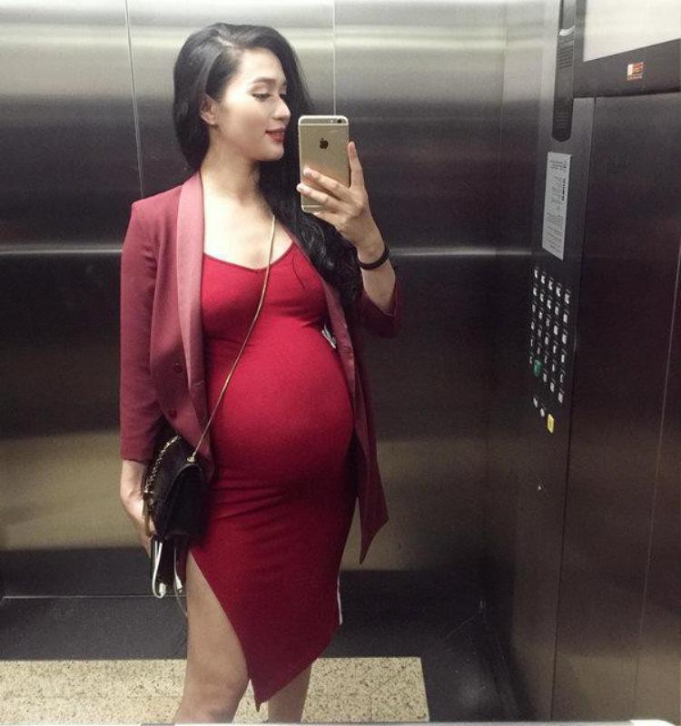 Mẹ Nguyễn Trang sexy hết mức với váy ôm dù bầu vượt mặt.