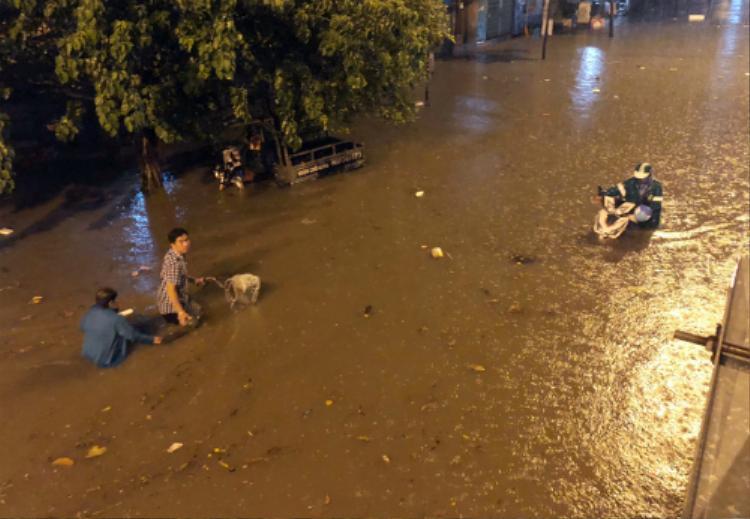 Đường Nguyễn Hữu Cảnh bị ngập sâu sau trận mưa lớn đêm 1/6. Ảnh: Duy Trần.