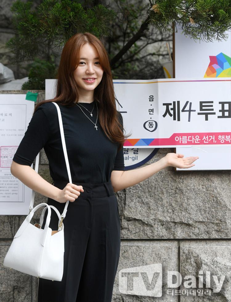 Cô chủ Yoon Eun Hye giản dị, tham dự sự kiện trước báo chí truyền thông sau ba năm vắng bóng