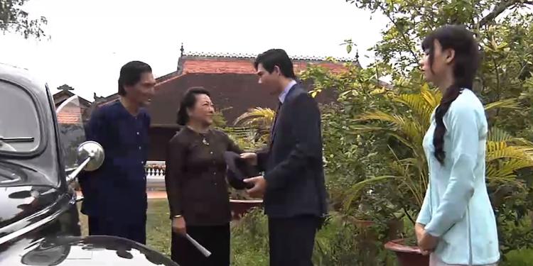 Thanh Trà tiễn chồng lên Sài Gòn.