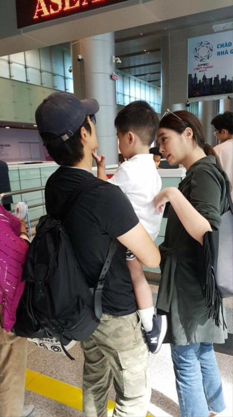 Hình ảnh gia đình nhỏ của tài tử Lee Byung Hun cùng vợ Lee Min Jung và cậu con trai Joon Hoo ghé Đà Nẵng từng gây sốt cho fan hâm mộ.