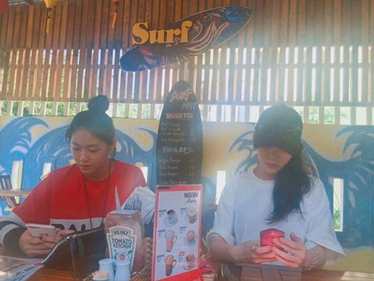 Tháng 03/2017, hai cô gái Seolhyun và Jimin của nhóm AOA đã lặng lẽ tới Đà Nẵng du lịch sau khi kết thúc concert. Hình ảnh này được chụp khi họ nghỉ chân tại 1 quán nước ven đường
