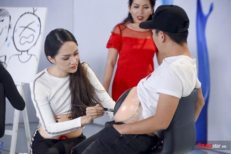 Hương Giang tỉ mỉ trong từng nét vẽ và không ngại sửa sai khi được chuyên gia góp ý.
