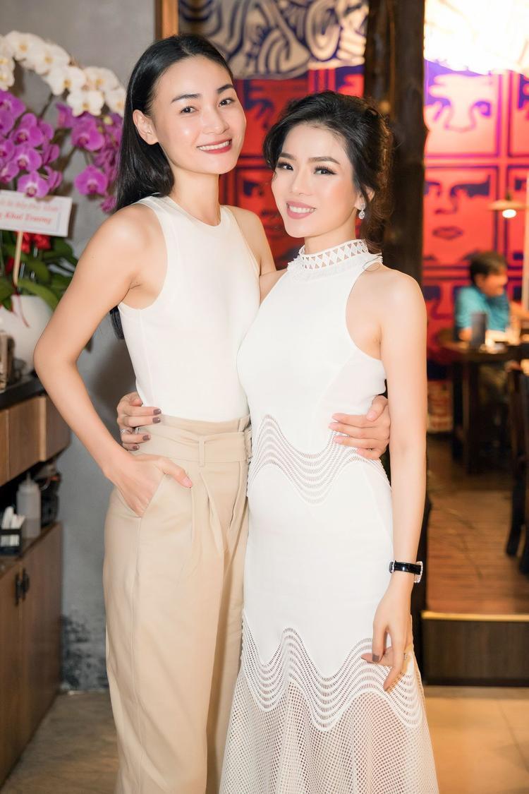 Nữ ca sĩ không ngần ngại đọ dáng cùng người mẫu Thùy Trang, cô nàng lựa chọn set đồ basic gồm áo ba lỗ và quần ống suông.