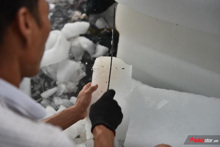 Người chặt đá phải đeo găng tay để tránh bị bỏng lạnh.