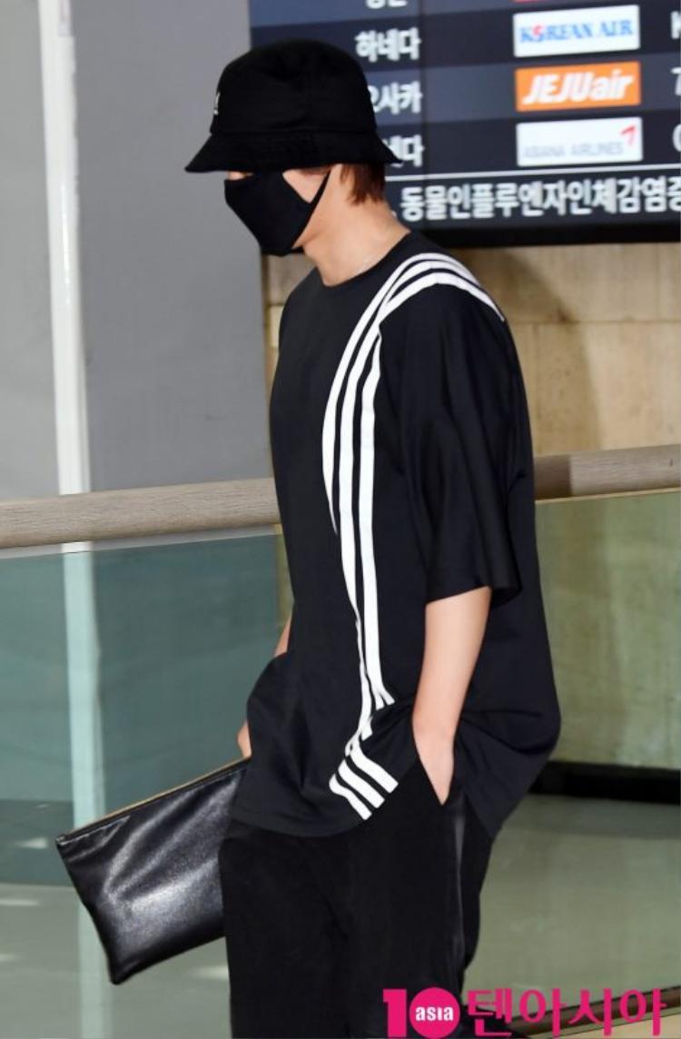 Tại sân bay Nam Joo Hyuk được báo chí vây quanh, Kim Hyun Joong bị ngó lơ, fan xót xa lên tiếng