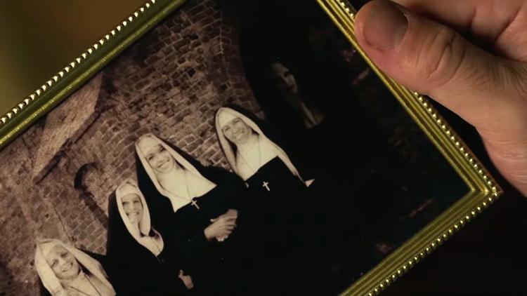 Valak xuất hiện bí ẩn trong bức hình chụp của sơ Charlotte.